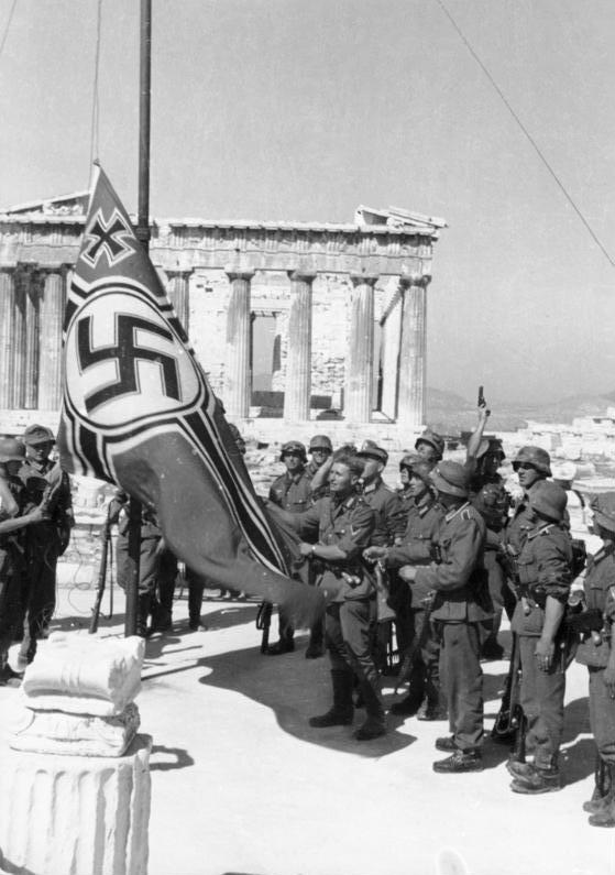 Athen Hissen der Hakenkreuzflagge