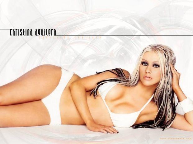 Σάλος για τις γυμνές φωτογραφίες της Aguilera στο κρεβάτι