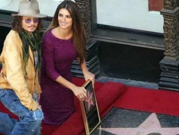 O Johnny Depp παρευρίσκεται στη τιμητική διάκριση της Penelope Cruz