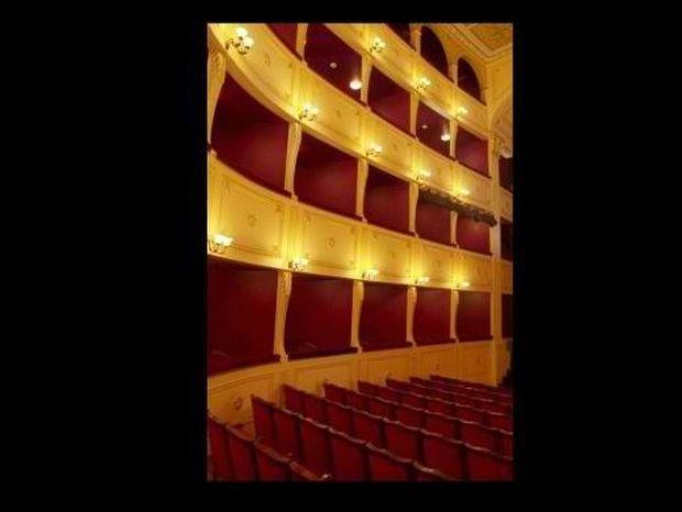 Μια πιστή (;) αντιγραφή της Scala του Μιλάνου, στη Σύρο