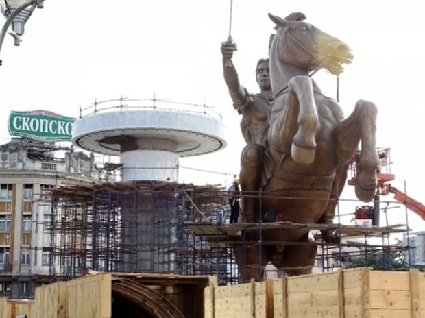 Προκλητική φιέστα των Σκοπιανών στο άγαλμα του Μ. Αλεξάνδρου