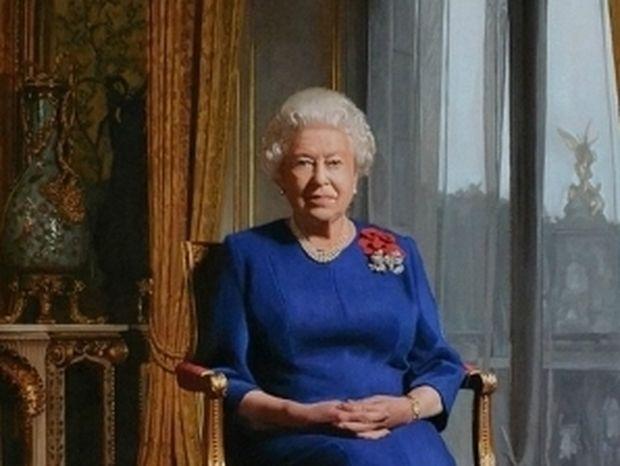 Η Βασίλισσα Ελισάβετ αποκάλυψε… τα πόδια της (pic)