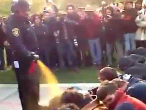 VIDEO-ΣΟΚ: Αστυνομική βία σε φοιτητές στις ΗΠΑ με... ελληνική υπόκρουση!