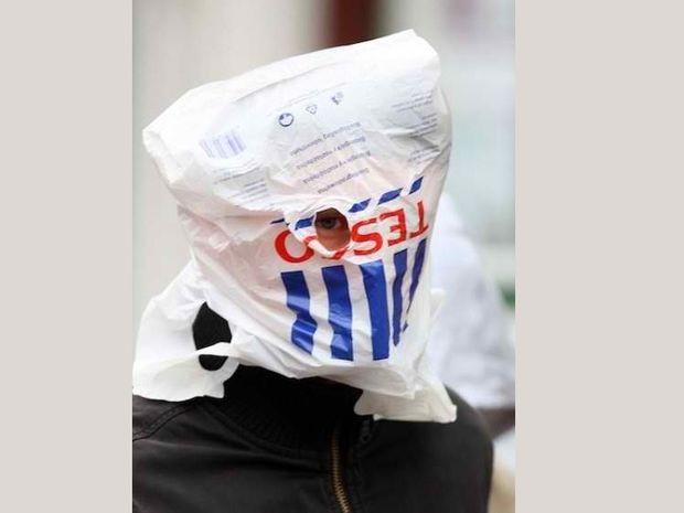 Ποιος διάσημος κυκλοφορεί κυριολεκτικά με σακούλα στο κεφάλι;