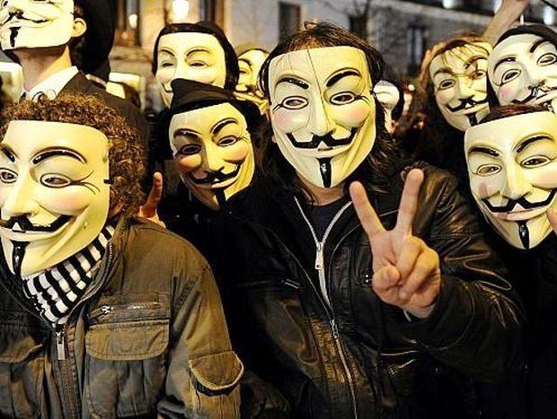 Καλά Χριστούγεννα από τους Anonymous