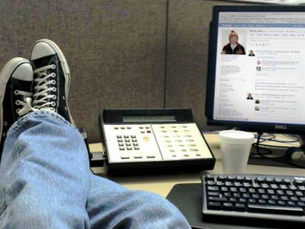 Έρευνα: «Κολλημένοι» σε Facebook και Twitter εν ώρα εργασίας