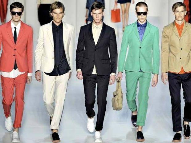 Πώς να φορέσετε έντονα χρώματα χωρίς να μοιάζετε με τσαρλατάνο