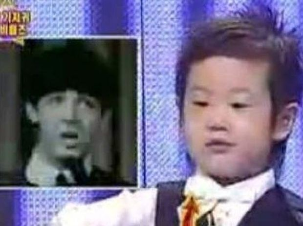 Απίστευτος 3χρονος τραγουδάει Beatles!