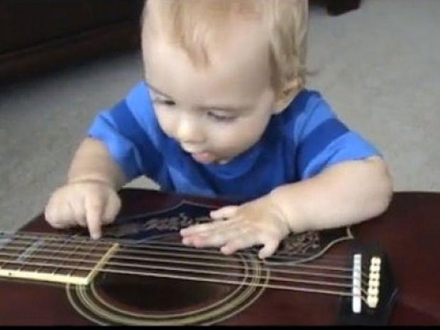 Χαριτωμένο αγοράκι με... έξι δάχτυλα σε κάθε χέρι παίζει κιθάρα !