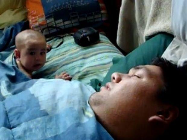 Βίντεο: Δείτε πώς αντιδρά ένα μωρό όταν ο μπαμπάς… ροχαλίζει!