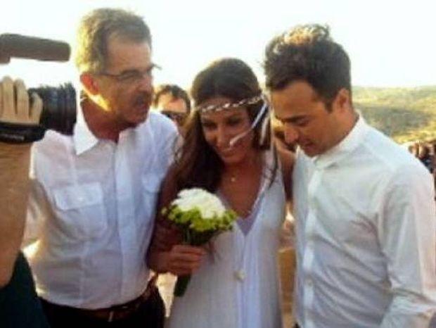 Γάμος Παπουτσάκη-Πιλαφά: Η νύφη ξύρισε το μουστάκι στον γαμπρό πριν τον γάμο! (φωτό)