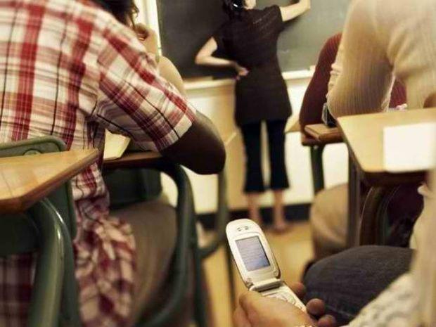 Τέλος τα κινητά τηλέφωνα στα σχολεία