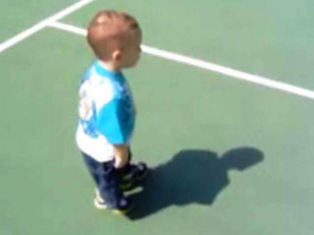 Βίντεο: Τον... καταδιώκει η σκιά του!