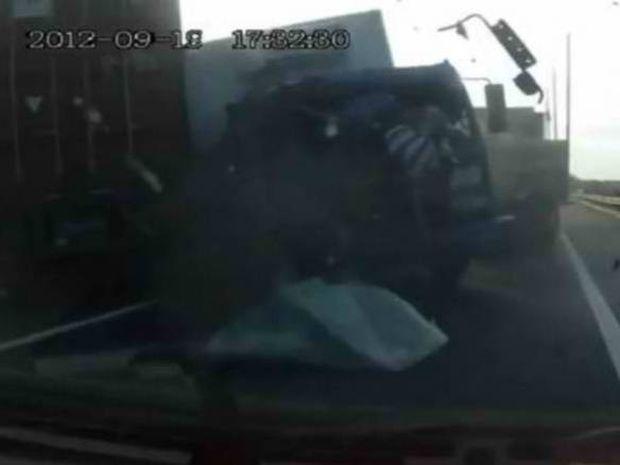 VIDEO: Οδηγός «εκτοξεύτηκε» από σύγκρουση φορτηγών και στάθηκε όρθιος!