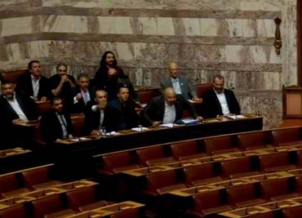 Βίντεο: Ένταση στη Βουλή από βουλευτές της Χρυσής Αυγής