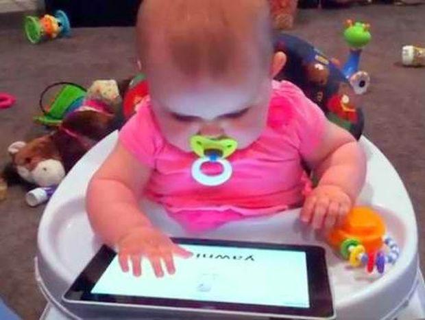 Κοριτσάκι εννέα μηνών παίζει το I pad στα δάχτυλα!