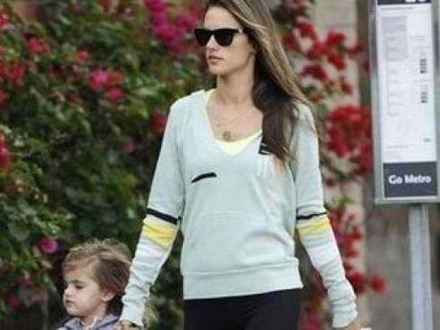 Alessandra Ambrosio: Έχασε τα κιλά της εγκυμοσύνης σε χρόνο ρεκόρ!