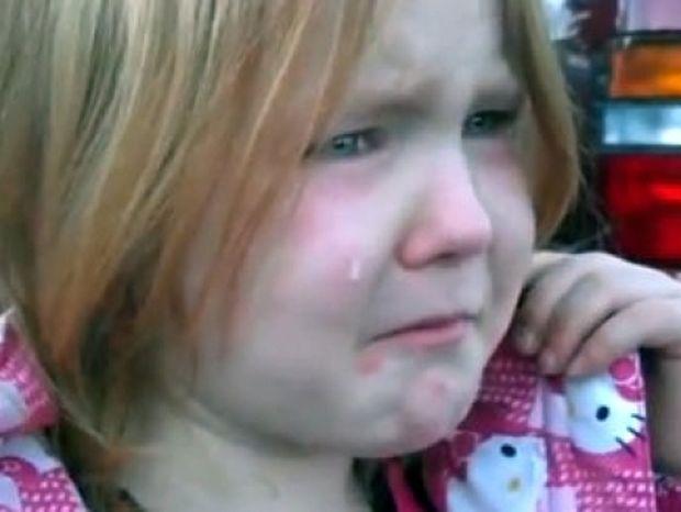 Ομπάμα & Ρόμνεϊ κάνουν μια πιτσιρίκα να κλαίει με λυγμούς!