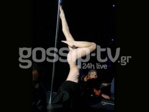 Χορεύει pole dance σε σκηνή της Αθήνας ολόγυμνη!