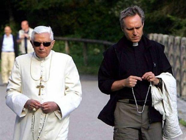 Ο Πάπας ερωτευμένος με τον όμορφο γραμματέα του;