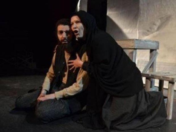 Θεατής ξυλοκόπησε ελληνίδα πρωταγωνίστρια την ώρα της παράστασης!