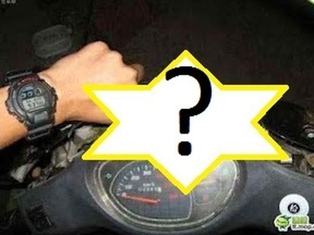 Απίστευτο! Δείτε τι βρήκε μέσα στην μοτοσυκλέτα του.... Δεν πάει με τίποτα ο νου σας!