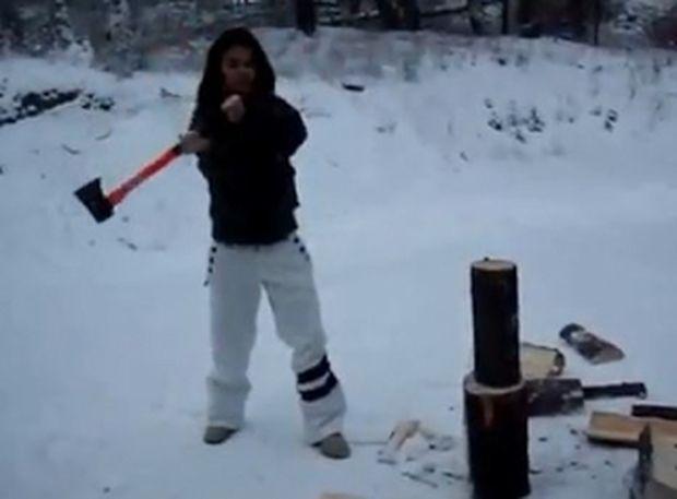VIDEO: Γιατί οι γυναίκες δεν πρέπει να κόβουν ξύλα με τσεκούρι...