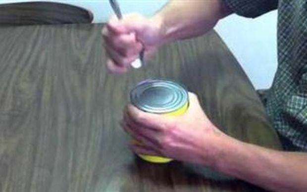 VIDEO: Πώς να ανοίξετε κονσέρβα με κουτάλι