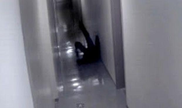 """ΑΠΙΣΤΕΥΤΟ VIDEO: Επίθεση από """"σκιά"""" πιάστηκε σε βίντεο ασφαλείας ξενοδοχείου!"""