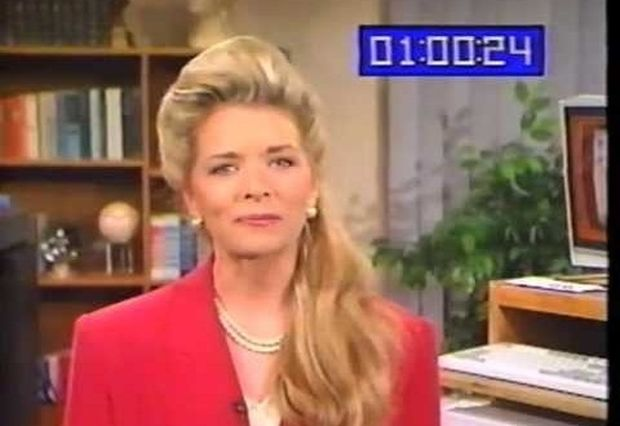 VIDEO: Τηλεπαρουσιάστρια εξηγεί τι είναι υπολογιστής τη δεκαετία του 90