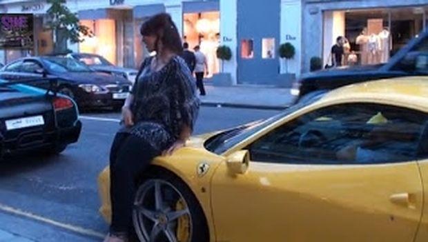 Δείτε πως αντέδρασαν δύο γυναίκες, όταν είδαν έναν τύπο με… Ferrari!