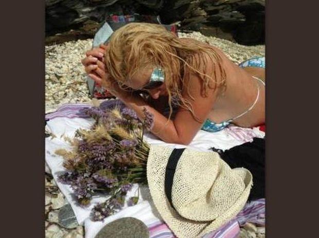 Η Ελένη Μενεγάκη ποζάρει σαν μοντέλο με το μαγιό της στην παραλία