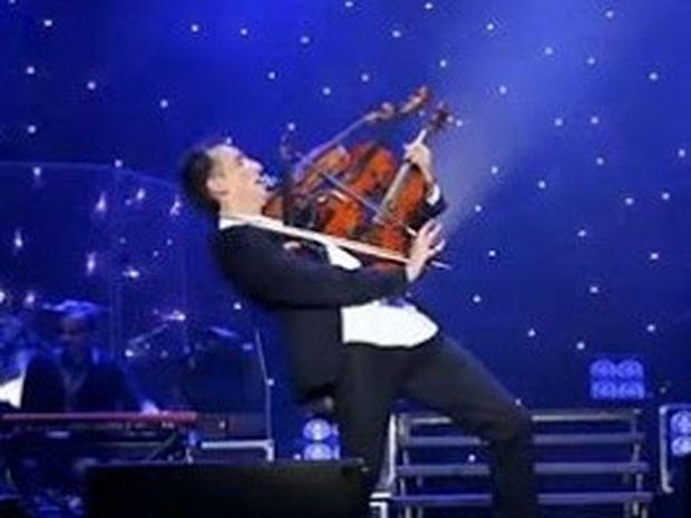 ΑΠΙΣΤΕΥΤΟ VIDEO: Παίζει ταυτόχρονα τέσσερα βιολιά