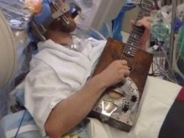Aπίστευτο: Έπαιζε κιθάρα ενώ του χειρουργούσαν τον εγκέφαλο