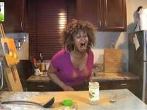 ΜΗΝ το κάνετε στο σπίτι! Δείτε τι έπαθε όταν προσπάθησε να καταπιεί ένα κουτάλι κανέλλα!