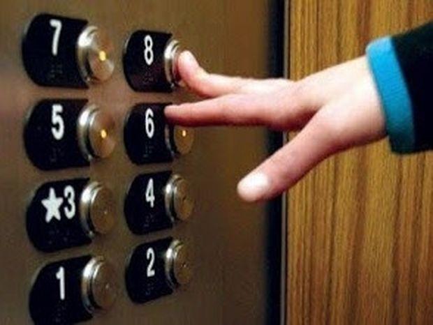 ΑΠΙΣΤΕΥΤΟ: Γιατί στο ασανσέρ κοιτάμε την οροφή ή το πάτωμα;
