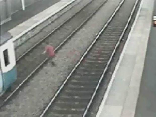 Βίντεο-ΣΟΚ: Ρίσκαρε τη ζωή του για να προλάβει το τρένο!