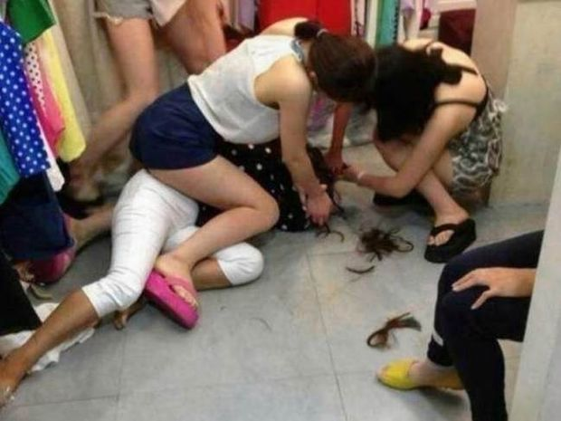 Απίστευτο βίντεο: Την έπιασαν να κλέβει και την κούρεψαν!
