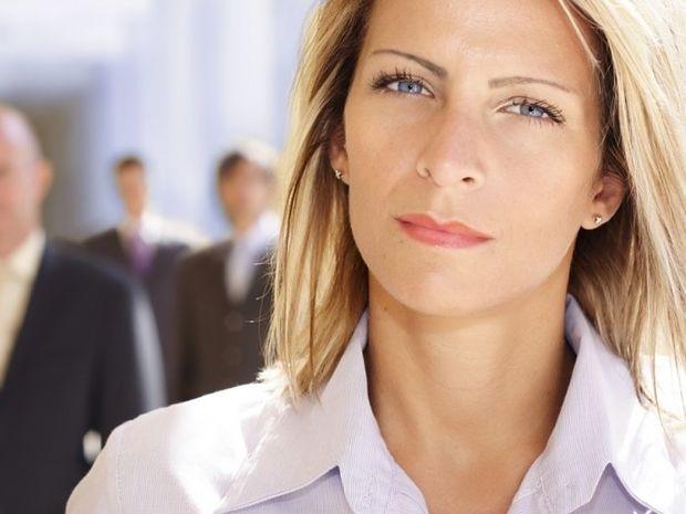 Γιατί οι γυναίκες καριέρας προτιμούν νεότερους άντρες;