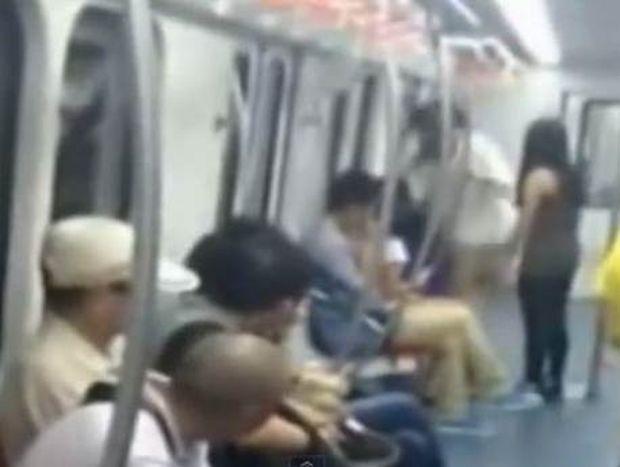 VIDEO ΣΟΚ: Tην έδειραν για μια θέση στο μετρό