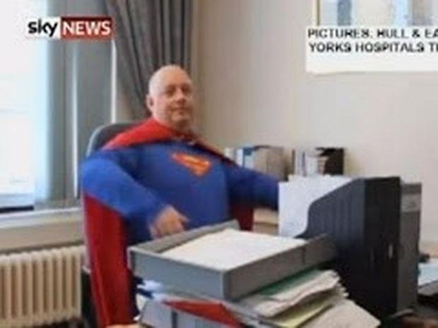 VIDEO: Διευθυντής νοσοκομείου ντύνεται... Σούπερμαν!