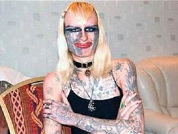 Κάνει μόνη της τα τατουάζ της! Δείτε πώς έχει γίνει (pics)