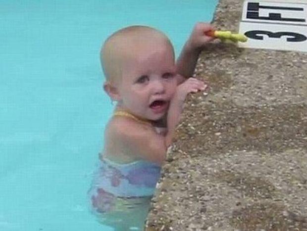 Μωρό 16 μηνών διασχίζει μόνο του πισίνα με μία ανάσα!
