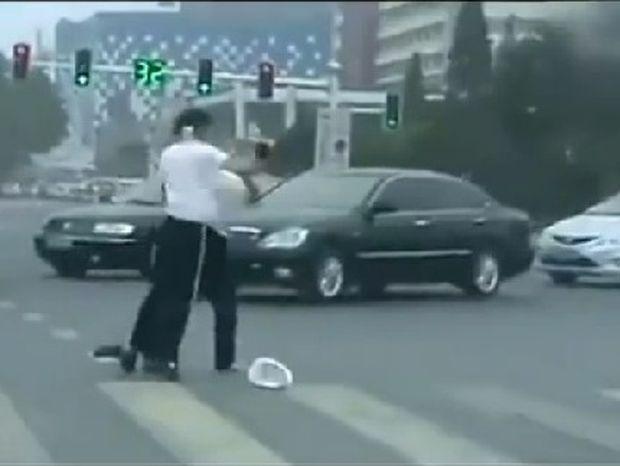 VIDEO: Γυναίκες τροχονόμοι στην Κίνα πιάστηκαν μαλλί με μαλλί στην μέση του δρόμου!