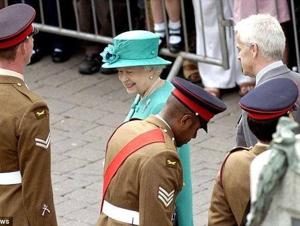 Γιατί αυτός ο στρατιώτης έκατσε κάτω όταν είδε τη Βασίλισσα και πώς αντέδρασε εκείνη;