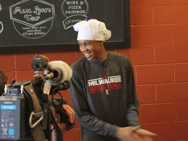 Δείτε τον Αντετοκούνμπο να φτιάχνει πίτσα σε ρόλο σεφ (photos)
