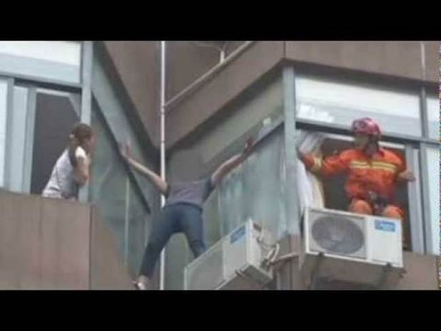 Βίντεο: Την έπιασε στον αέρα τη στιγμή που πήγαινε να αυτοκτονήσει