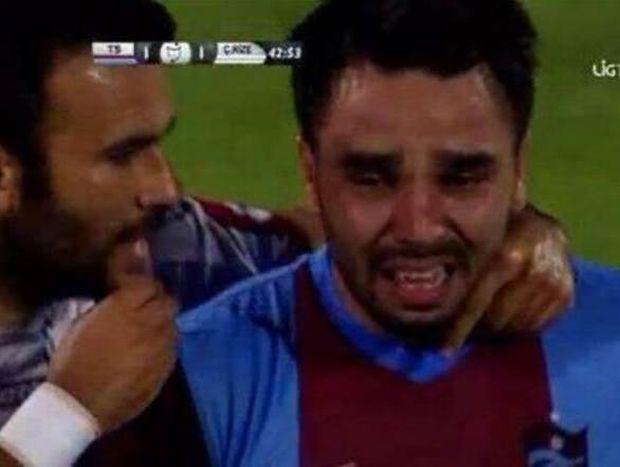 Τουρκία: Ποδοσφαιριστής έβαλε τα κλάματα σε αγώνα (video)
