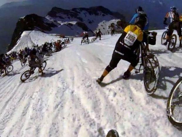 Επικό βίντεο: Κατάβαση σε χιονισμένη βουνοπλαγιά με... ποδήλατο!