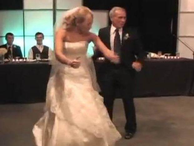 Δείτε τον απίθανο χορό μιας νύφης με τον μπαμπά της! (βίντεο)